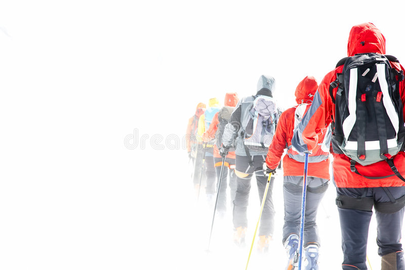 Grupo que excursiona esquiadores foto de stock
