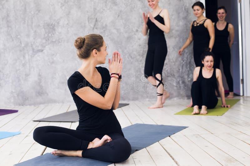 Grupo que faz a ioga no gym Acolhimento na classe da ioga Os exercícios começam dentro fotografia de stock