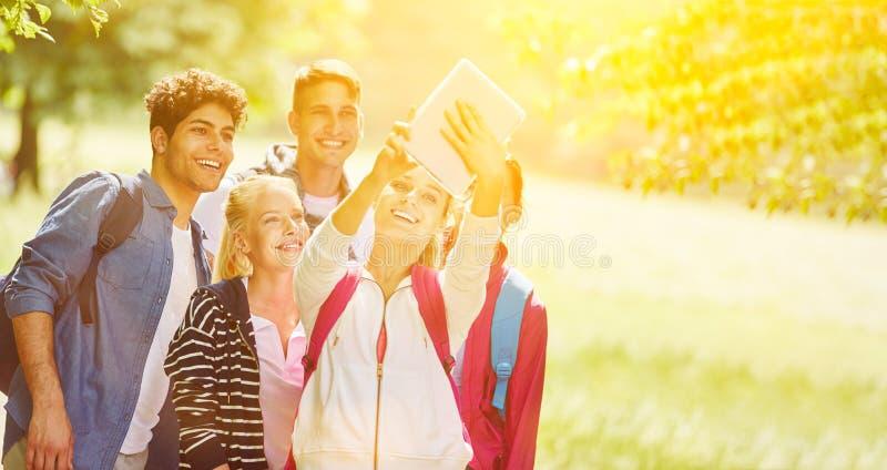 Grupo que toma el salfie en el parque imagen de archivo libre de regalías