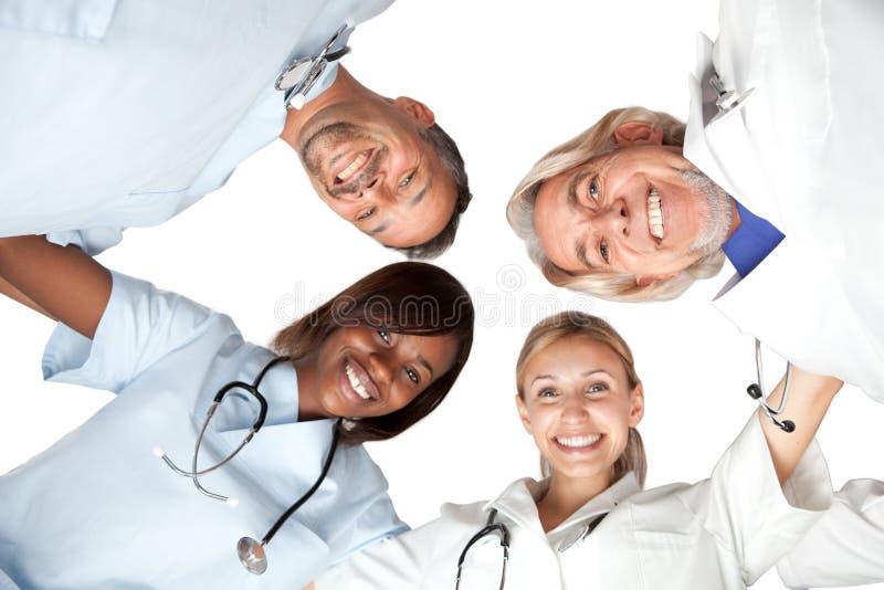 Grupo racial multi o sonrisa feliz de los doctores fotografía de archivo