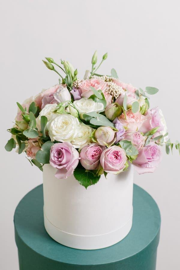 Grupo rico da composição no hatbox Uma mistura diferente das cores das flores frescas do ramalhete fotos de stock