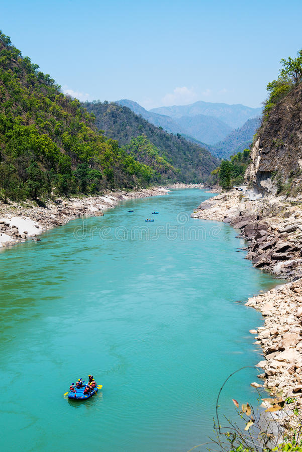 Grupo River Valley e barco transportar perto de Rishikesh imagem de stock royalty free