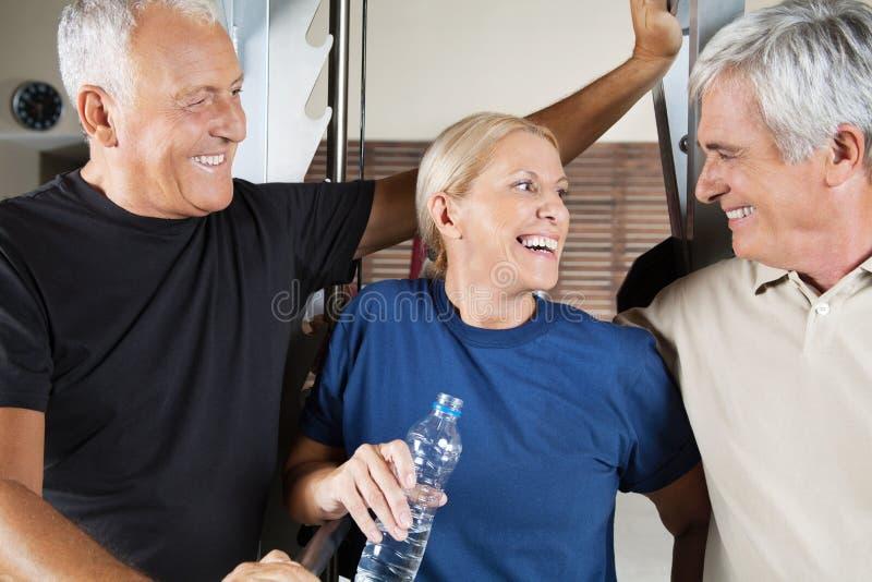 Grupo sênior feliz na ginástica foto de stock