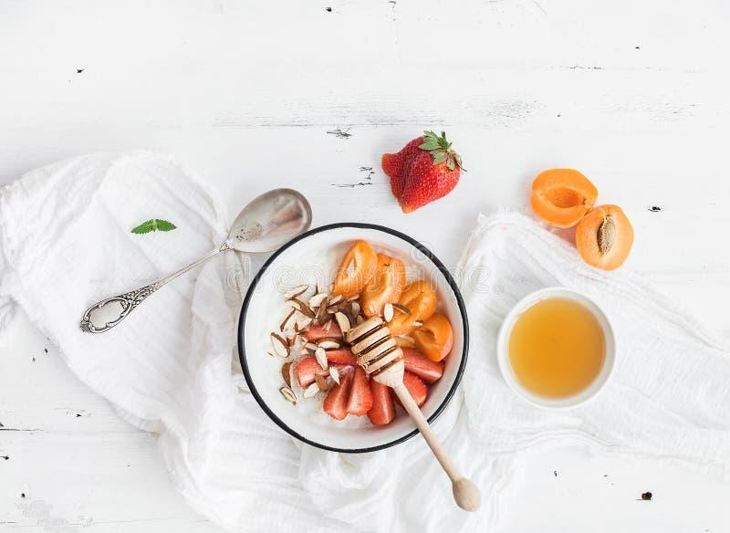 Grupo saudável do café da manhã Cereal ou papa de aveia do arroz com morango fresca, abricós foto de stock royalty free