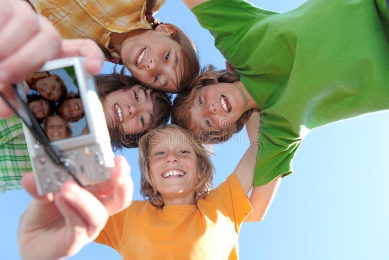 Grupo sonriente feliz de cabritos