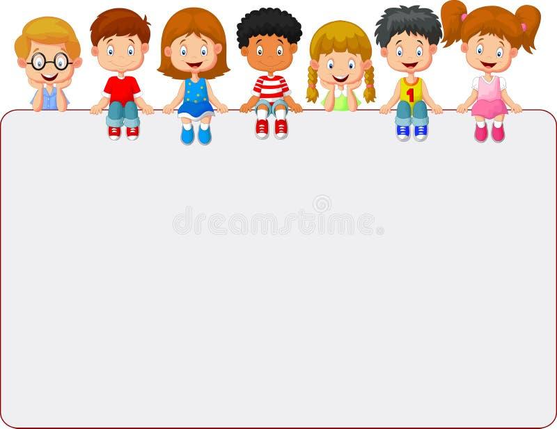 Grupo sonriente feliz de historieta de los niños que muestra el tablero en blanco del cartel ilustración del vector