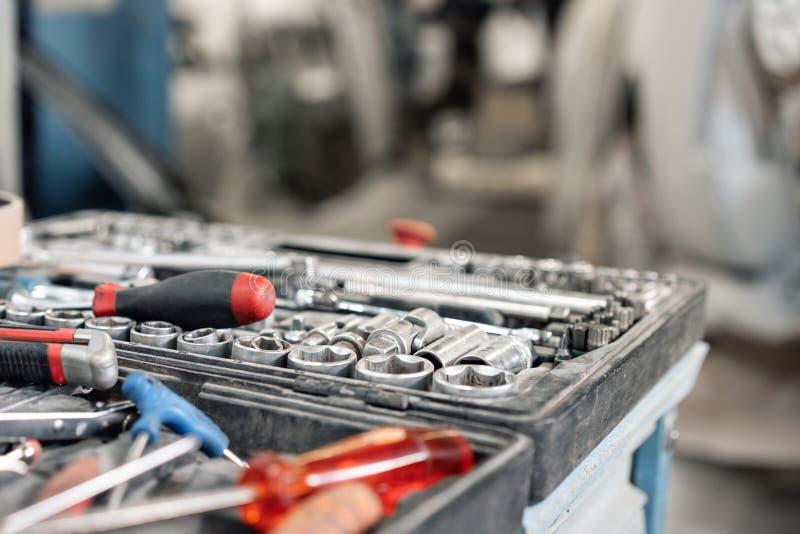 Grupo sujo de close-up das ferramentas e dos wrenchs da mão na caixa Serviço do carro da pintura da garagem Utilize ferramentas p fotografia de stock