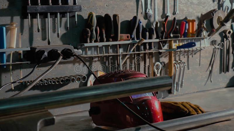 Grupo sujo de close-up das ferramentas e dos wrenchs da m?o na caixa Servi?o do carro da pintura da garagem Utilize ferramentas p foto de stock royalty free