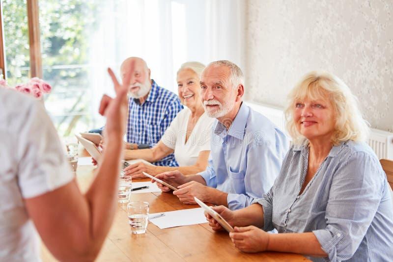 Grupo superior no lar de idosos no curso de computador imagens de stock