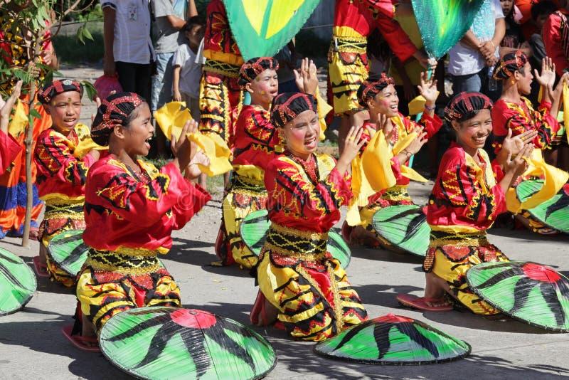 Grupo tribal Cheering Filipinas da dança imagens de stock
