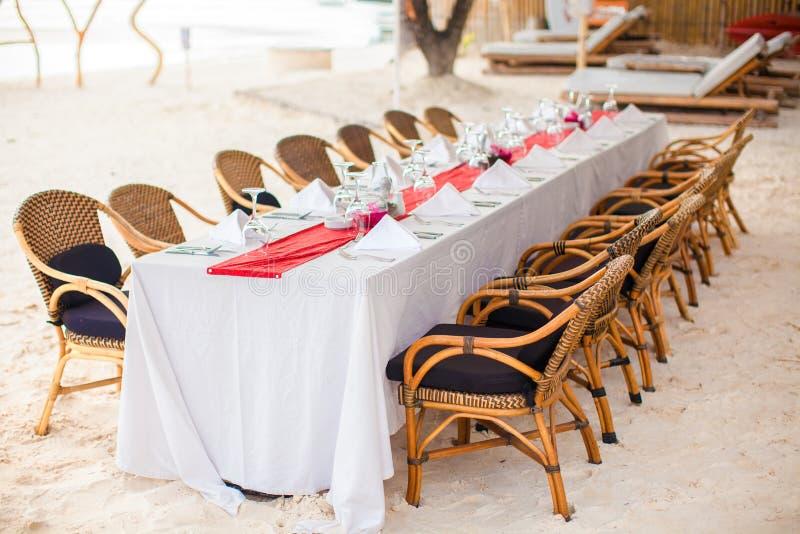Grupo vazio da tabela de ar livre do verão para o banquete sobre imagens de stock