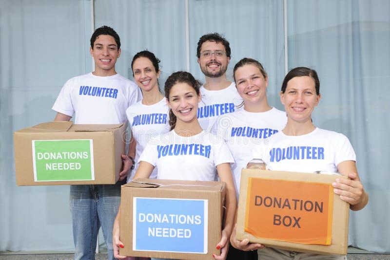 Grupo voluntário com doação do alimento fotos de stock royalty free