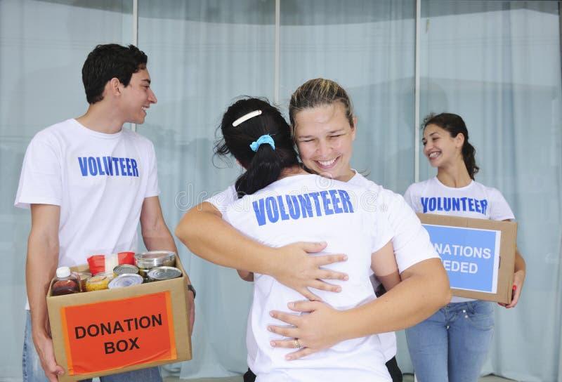 Grupo voluntário feliz com doação do alimento imagens de stock royalty free