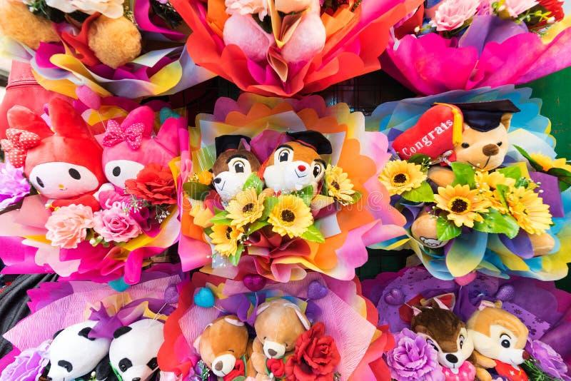 Grupos coloridos de brinquedos macios bonitos com flores fotografia de stock