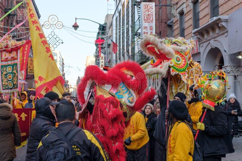 Grupos da dança do dragão e de leão que esperam para executar imagem de stock