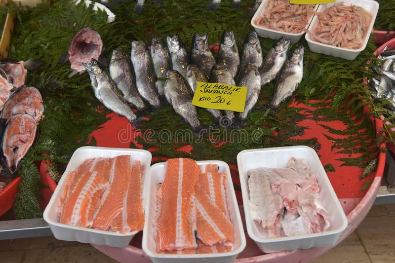 Grupos da truta, do camarão e dos peixes para a sopa no mercado de peixes de Istan fotos de stock