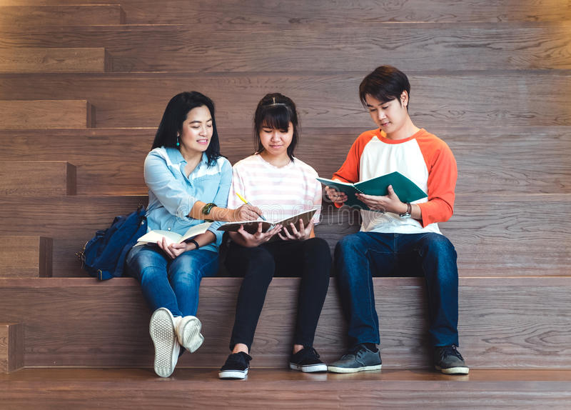 Grupos de estudiantes adolescentes asiáticos que estudian junto en la universidad foto de archivo libre de regalías
