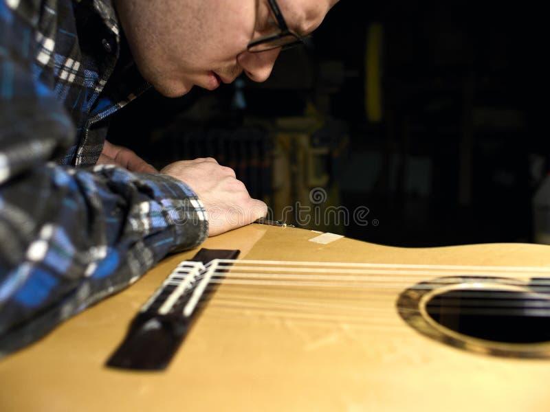 Grupos de Luthiers das guitarra - acima de um suporte sob o braço fotos de stock royalty free