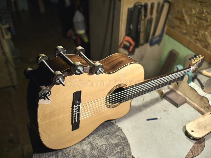 Grupos de Luthiers das guitarra - acima de um suporte sob o braço foto de stock royalty free