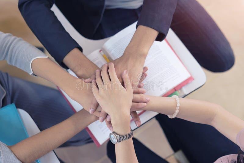 Grupos de unir as mãos, colaboração da unidade dos trabalhos de equipa, conceito dos trabalhos de equipa Vista superior imagens de stock