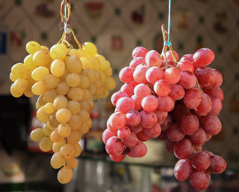 Grupos de uvas amarelas e vermelhas foto de stock