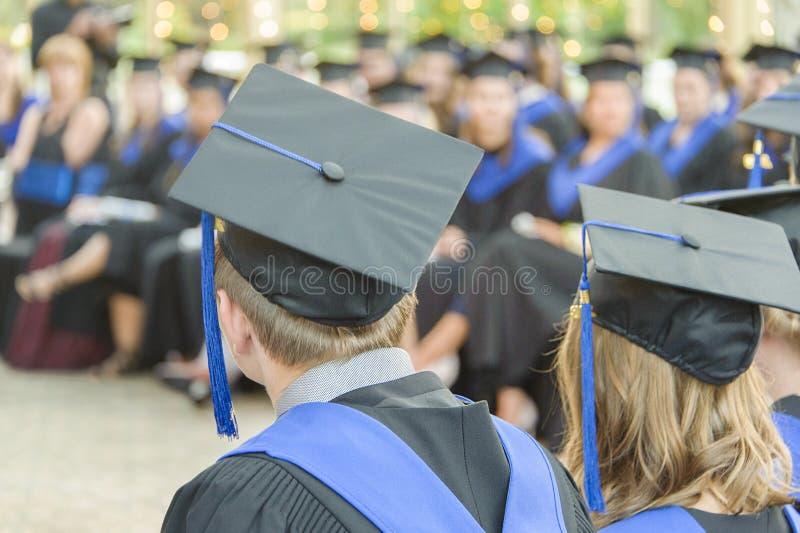 Grupos no identificados de graduados en una graduación de la escuela fotos de archivo libres de regalías