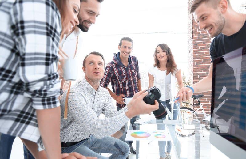 Grupowa fotografia redaktorzy pracuje w nowożytnym biurze obrazy royalty free