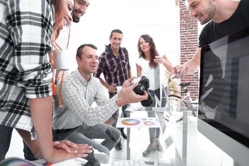 Grupowa fotografia redaktorzy pracuje w nowożytnym biurze zdjęcia royalty free