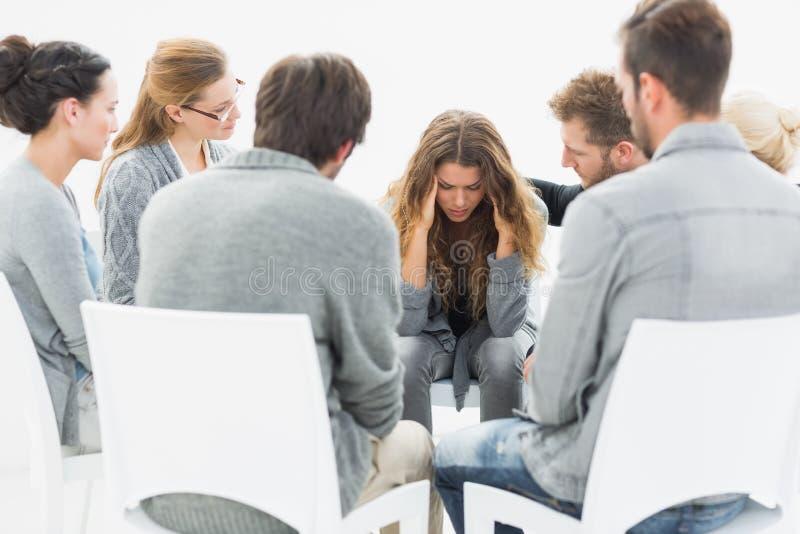 Grupowa terapia w sesyjnym obsiadaniu w okręgu obraz royalty free