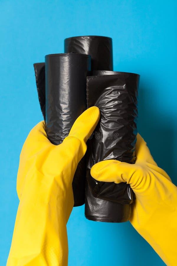 Grupowe śmieciarskie rolki, plastikowe grat torby obraz stock