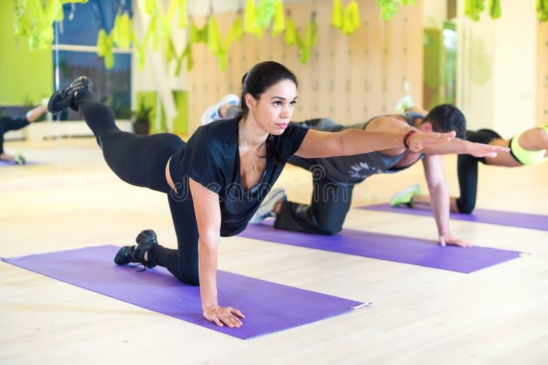 Grupowe kobiety rozciąga traning ćwiczyć w gym zdjęcia stock
