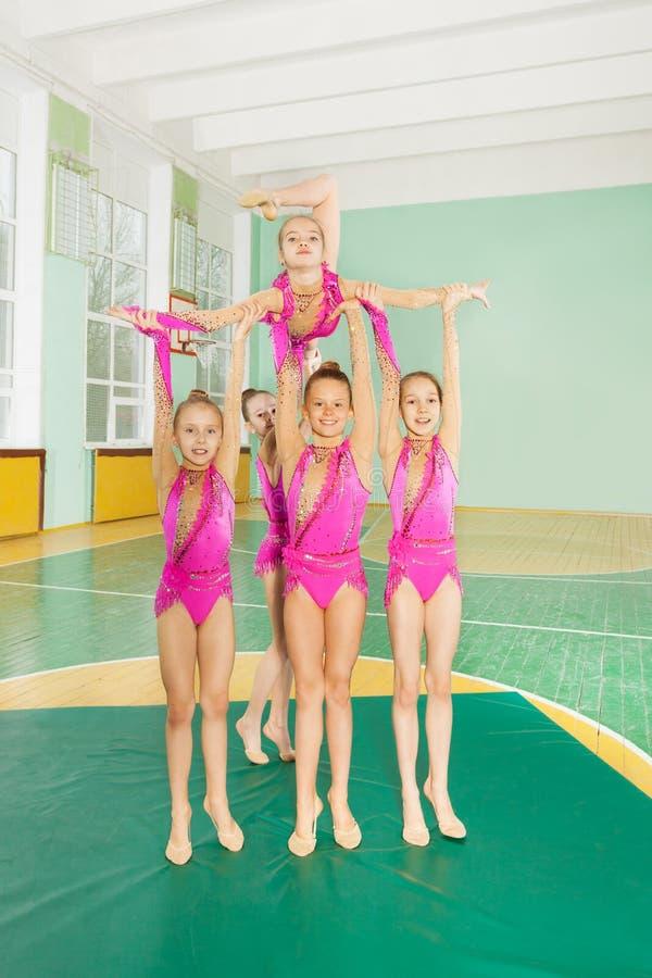 Grupowe rytmiczne gimnastyczki niesie out ich rutynę obrazy royalty free