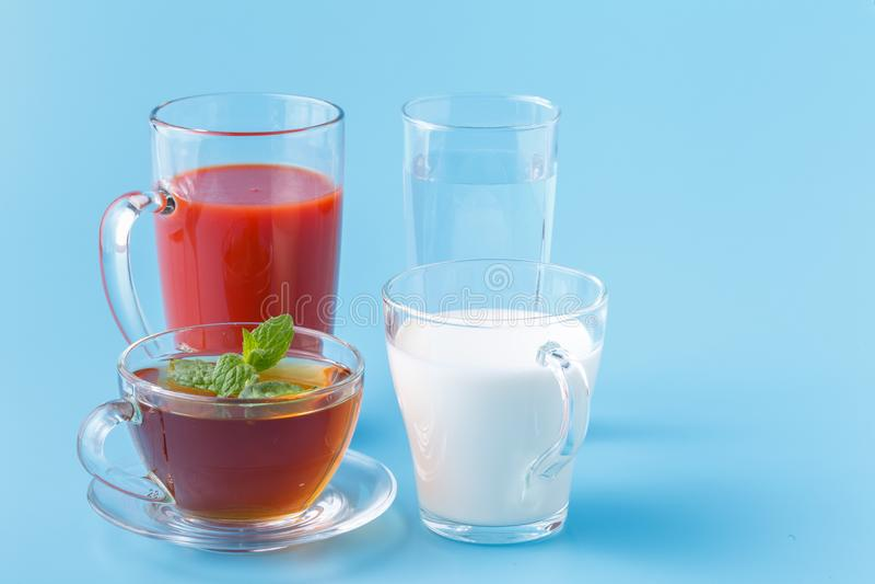 Grupowego Pożytecznie Kolorowego napoju napoju mleka soku Herbaciana woda na Błękitnym tle zdjęcie royalty free