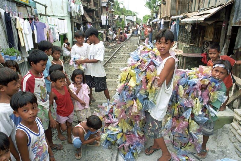 Grupowego portreta Filipińscy dzieci z kolorowymi girlandami zdjęcie royalty free