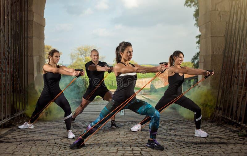 Grupowi ludzie ćwiczenia z opór gumą zdjęcia stock