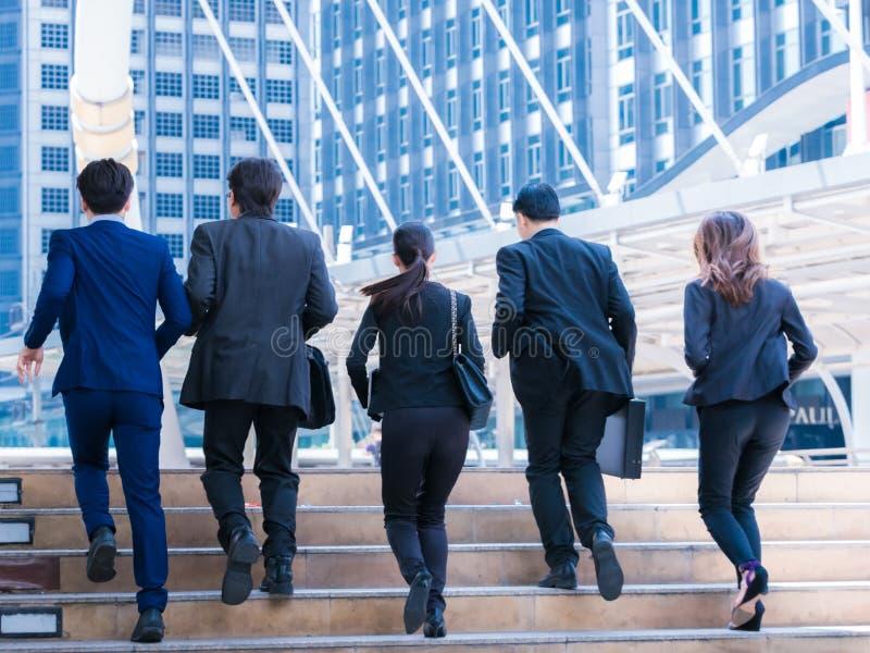 Grupowi ludzie biznesu biega w mieście obraz stock