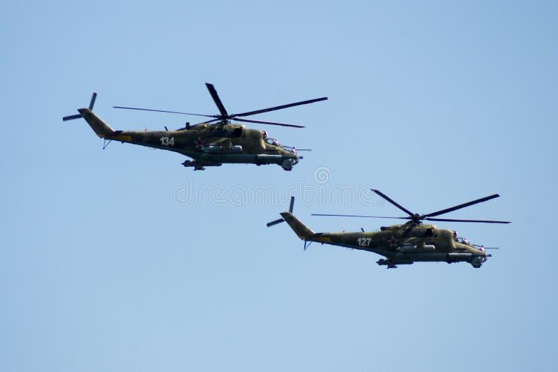 Grupowi mi-24 spełniania aerobatics przy airshow obrazy royalty free