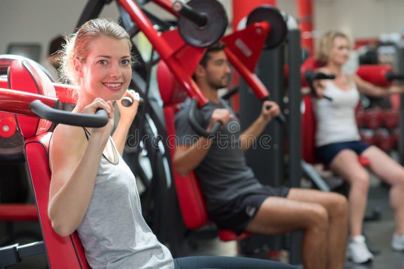 Grupowi sportive ludzie w gym zdjęcie royalty free