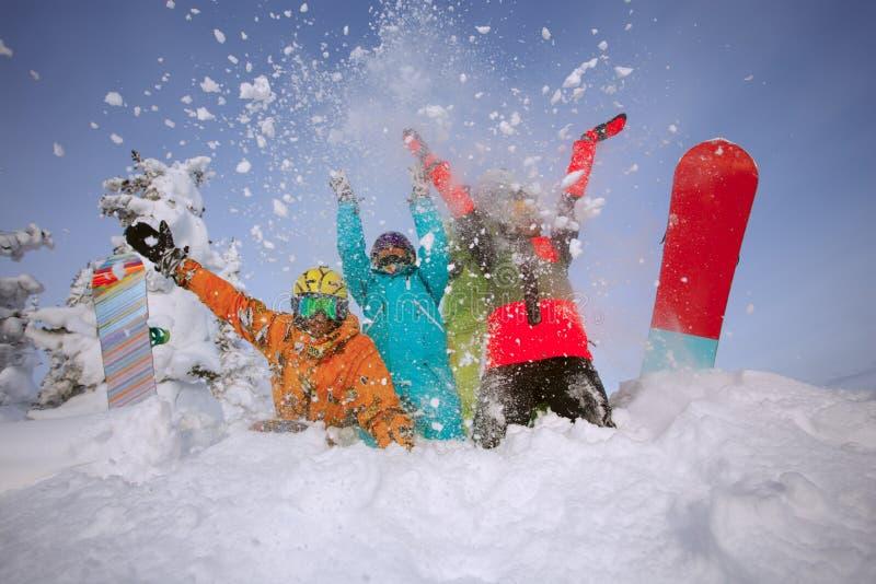 Grupowi szczęśliwi przyjaciele ma zabawę przy Sheregesh ośrodkiem narciarskim zdjęcia royalty free