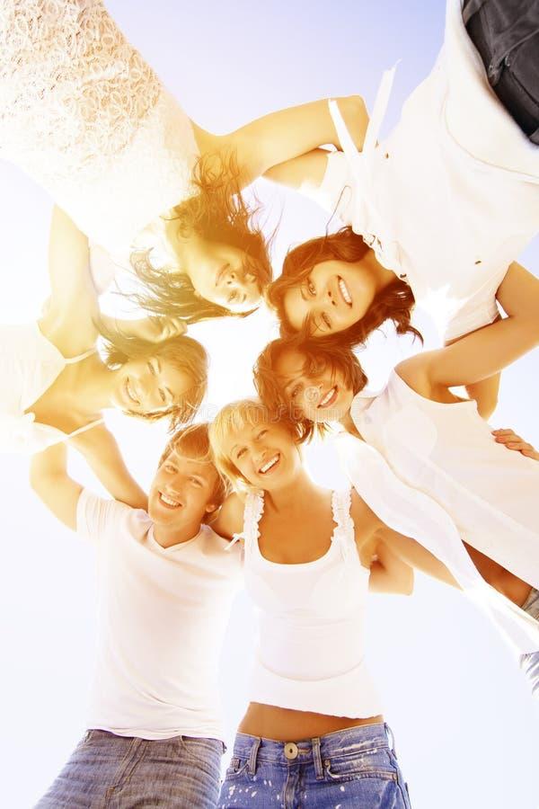 Grupowy młody przyjaciół cieszyć się wyrzucać na brzeg przyjęcia na wakacje Ludzie h obraz stock