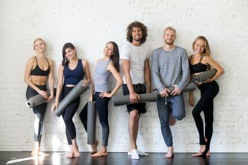 Grupowy portret młodzi szczęśliwi sprawność fizyczna instruktorzy obraz royalty free