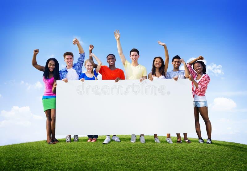 Grupowy przyjaciół Outdoors jedności współpracy zabawy Ochotniczy pojęcie zdjęcia royalty free