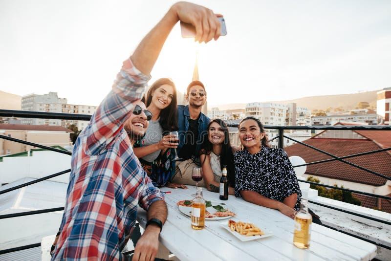 Grupowy selfie przy dachu przyjęciem zdjęcie stock