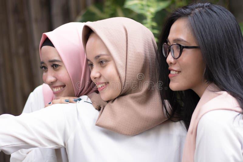 Grupowy szczęśliwy młody muzułmański bierze selfie wpólnie fotografia royalty free