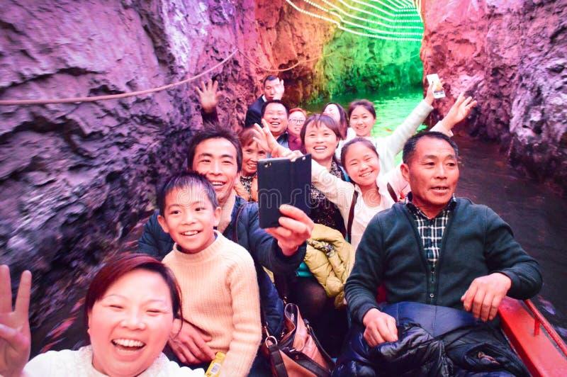 Grupowy turystyczny wodniactwo w jamie zdjęcia royalty free