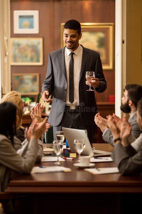 Grupp av affärsfolk eller advokater - möte i ett kontor royaltyfria foton