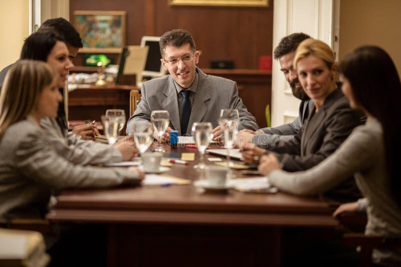 Grupp av affärsfolk eller advokater - möte i ett kontor arkivfoton