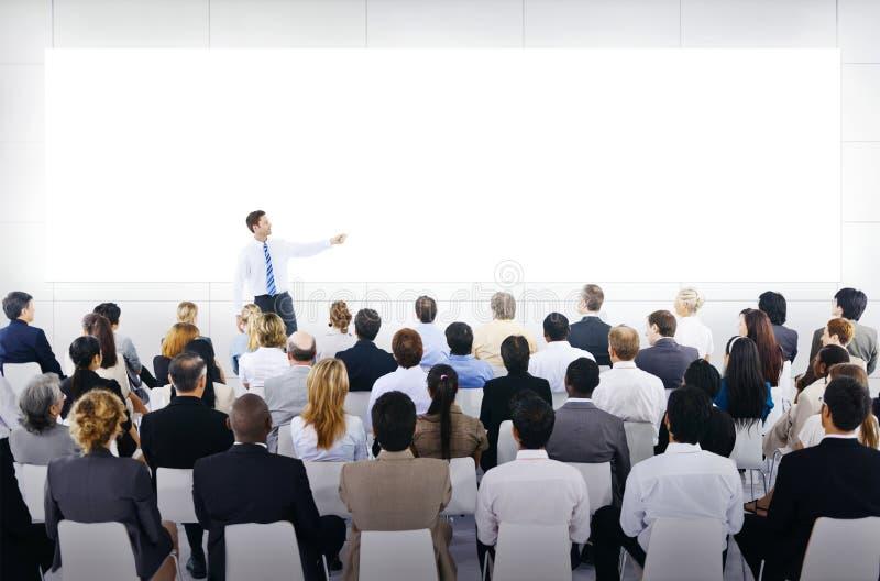 Grupp av affärsfolk i affärspresentation arkivbild