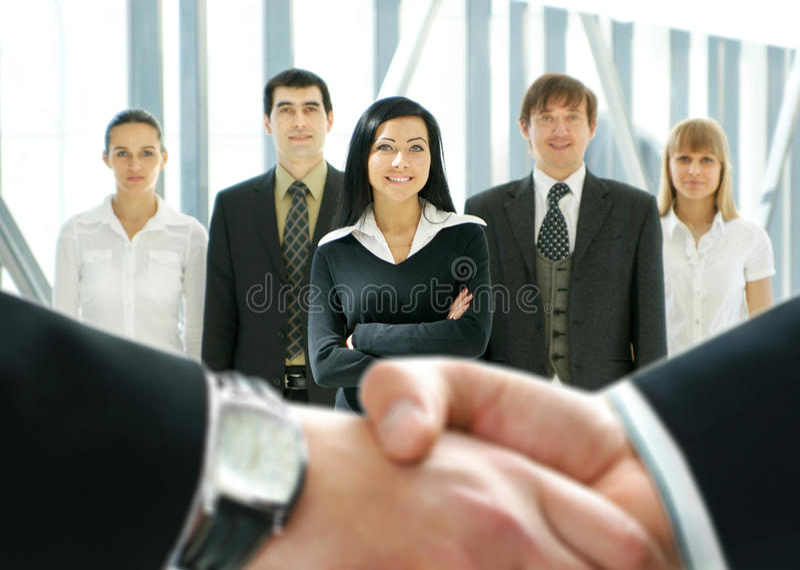 Grupp av affärsfolk i ett modernt kontor fotografering för bildbyråer