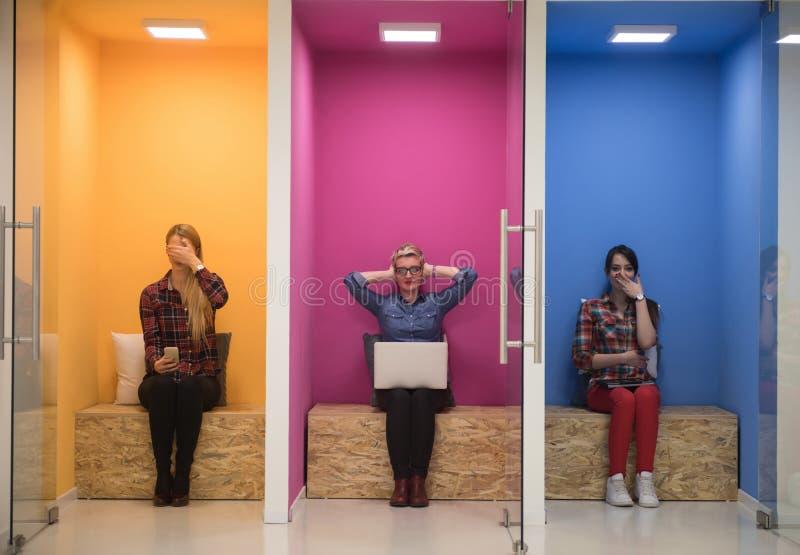 Grupp av affärsfolk i idérikt funktionsdugligt utrymme royaltyfri foto
